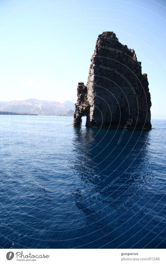 Haus mit Einfahrt frisch Italien Erholung Ferien & Urlaub & Reisen Wasser Schönes Wetter Insel Felsen Farbe Baustelle blaublau blaublaublau Natur unzerstört