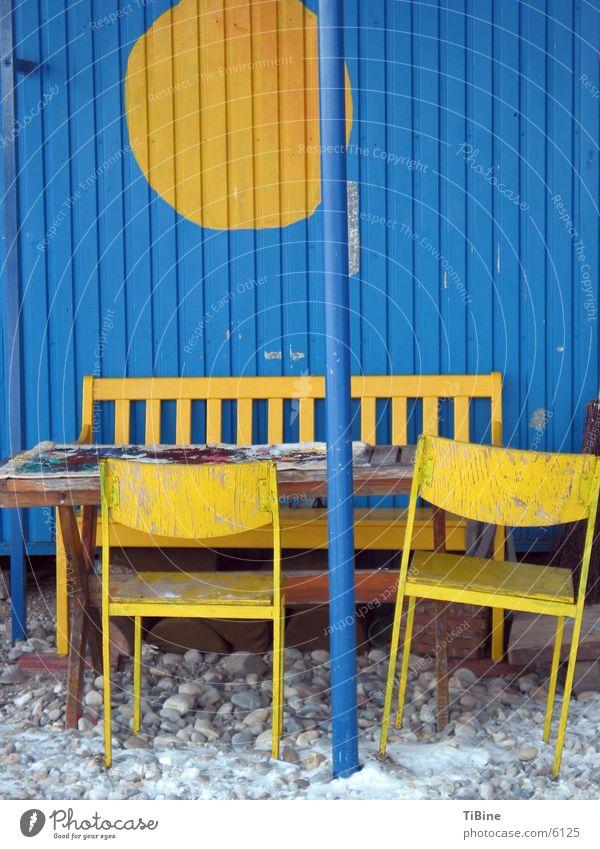 Stilleben in blau und gelb Tisch Bank Stuhl Häusliches Leben Stillleben Bauwagen