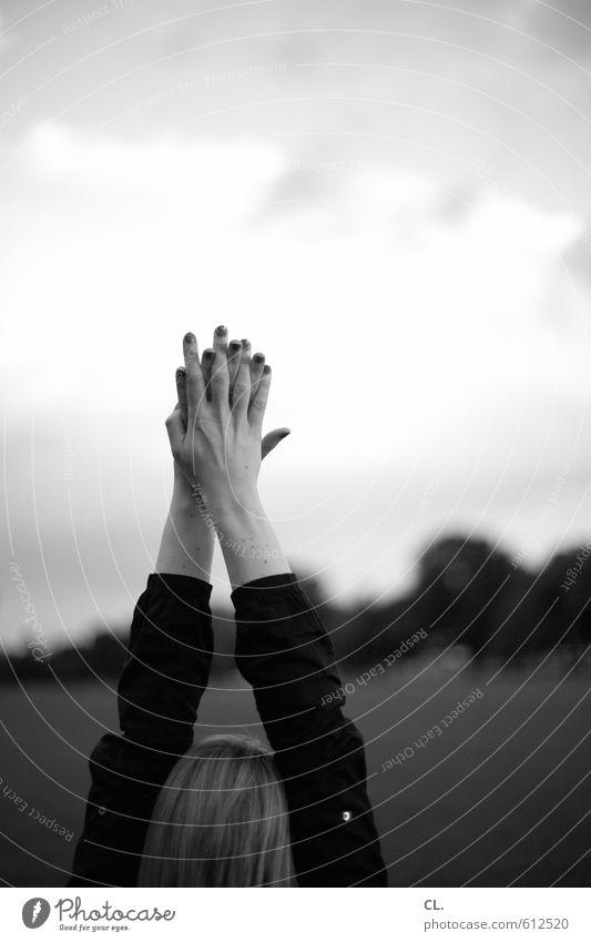 parklife Freude Glück Mensch feminin Junge Frau Jugendliche Erwachsene Arme Hand Finger 1 18-30 Jahre 30-45 Jahre Natur Landschaft Schönes Wetter Park Wiese