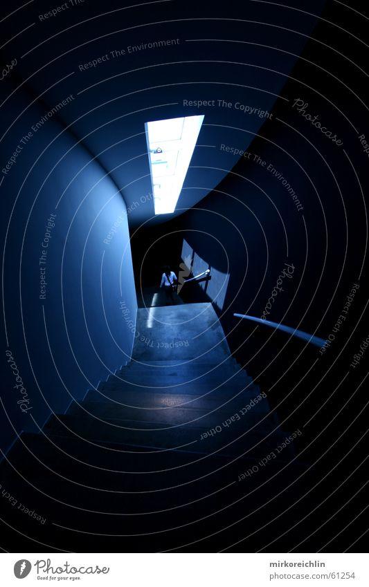 Treppe zur Finsternis Himmel blau dunkel Fenster Treppe geheimnisvoll Hölle Quelle