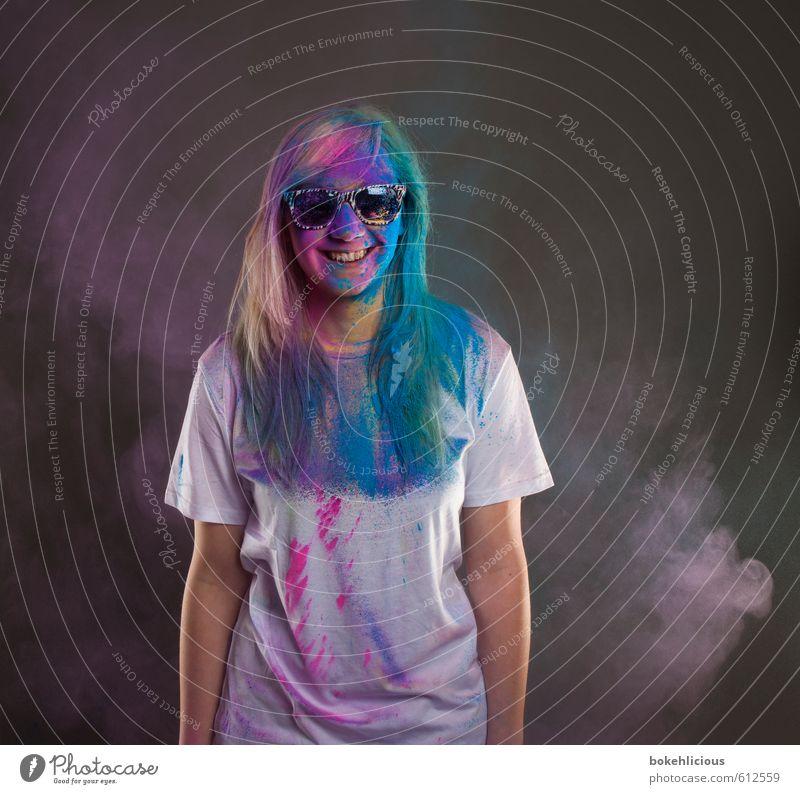 In your Face 15 Mensch feminin Junge Frau Jugendliche 18-30 Jahre Erwachsene Lächeln Staubwolke T-Shirt Sonnenbrille lachen Lebensfreude holi Farbpulver