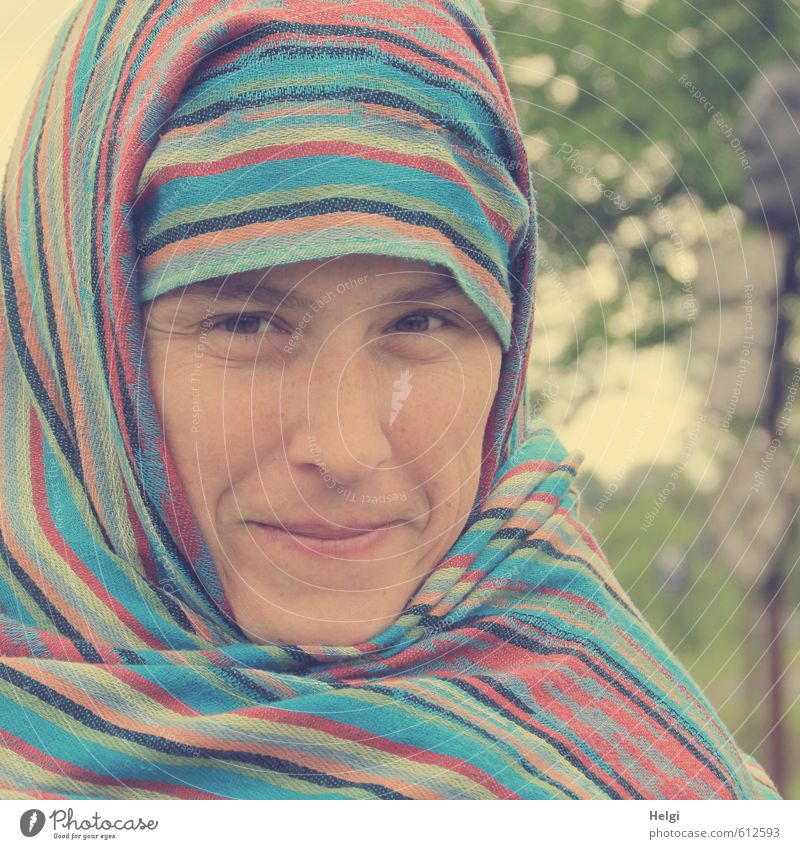 Porträt einer lächelnden Frau, die ihren Kopf mit  einem bunt gestreiften Tuch umwickelt hat Mensch feminin Erwachsene Gesicht 1 30-45 Jahre Kopftuch Lächeln