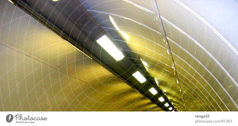 Rolltreppe abwärts gelb Lampe grau rund Streifen Tunnel silber