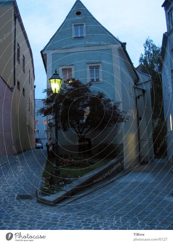 Haus am Abend blau Europa Straßenbeleuchtung Abenddämmerung Passau Straßenecke