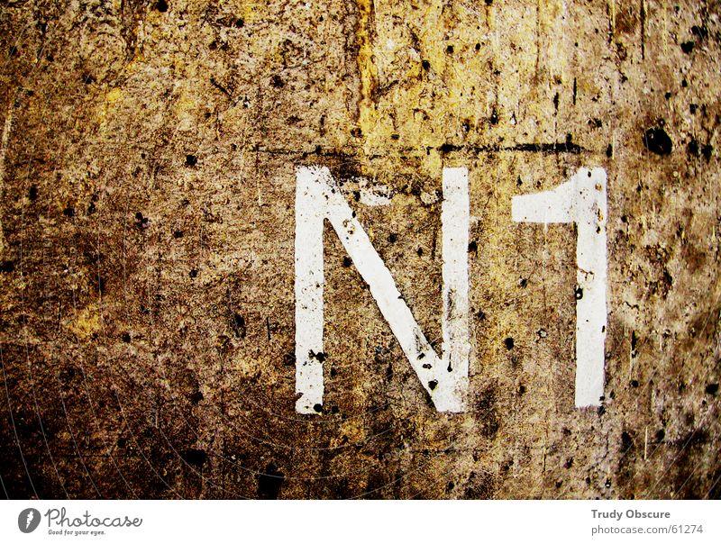 postcard no. 1 Hintergrundbild Wand Mauer Oberfläche Beton Ziffern & Zahlen Buchstaben Schriftzeichen braun weiß dunkel rückwand betrag Typographie