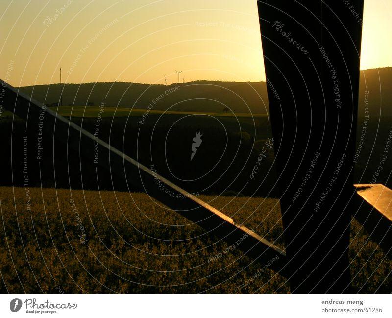 Sonnenuntergang Sonne Berge u. Gebirge Beleuchtung Feld Elektrizität Windkraftanlage Stahl Strommast Abenddämmerung Raps Sendemast