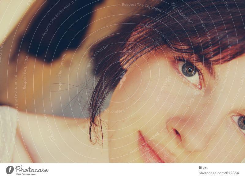 Comme moi. Lifestyle schön Schminke Mensch feminin Junge Frau Jugendliche Erwachsene Gesicht Auge 1 18-30 Jahre brünett Lächeln träumen Freundlichkeit Glück