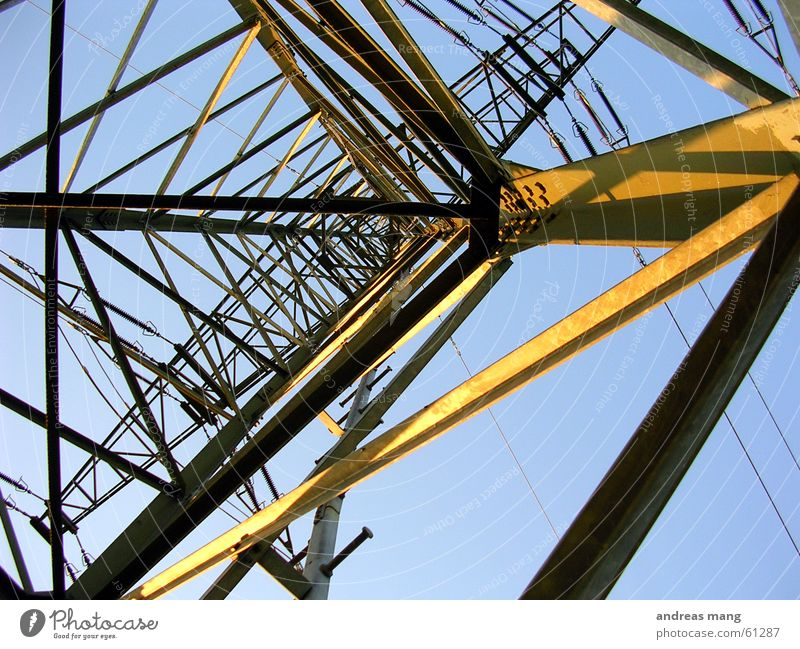 Strommast Himmel Sonne Beleuchtung Kraft hoch Elektrizität Kabel Stahl Konstruktion Leitung Baugerüst