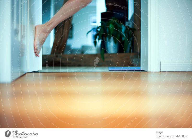 Selbstportrait ohne Titel Mensch Frau Freude Erwachsene Leben Gefühle Stil außergewöhnlich Beine Fuß Stimmung Freizeit & Hobby Raum Tür Häusliches Leben