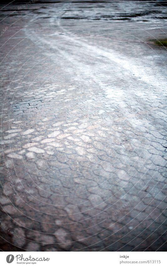kalte Wege dunkel Wege & Pfade grau Stein Linie trist Verkehr Klima leer Platz Streifen Verkehrswege Autofahren Parkplatz Pflastersteine