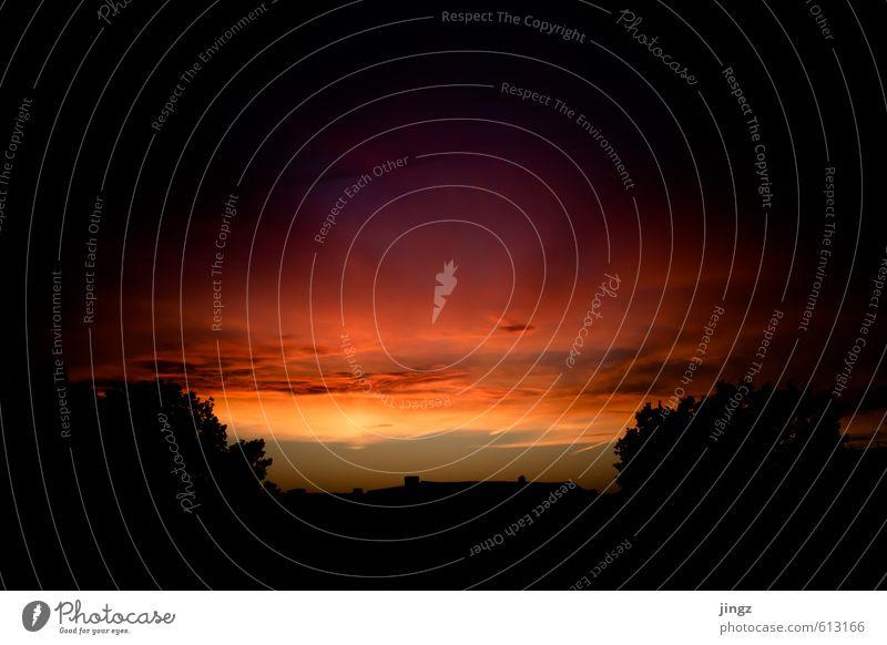 Der Himmel über uns Wolken Sonnenaufgang Sonnenuntergang Sonnenlicht Wärme Menschenleer Dach Ferne Stadt orange rot schwarz Warmherzigkeit bizarr