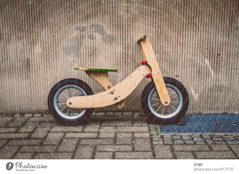 The dog's bike grün rot Freude gelb Wand Graffiti lustig Mauer Spielen grau Fassade Freundschaft Fahrrad gold stehen warten