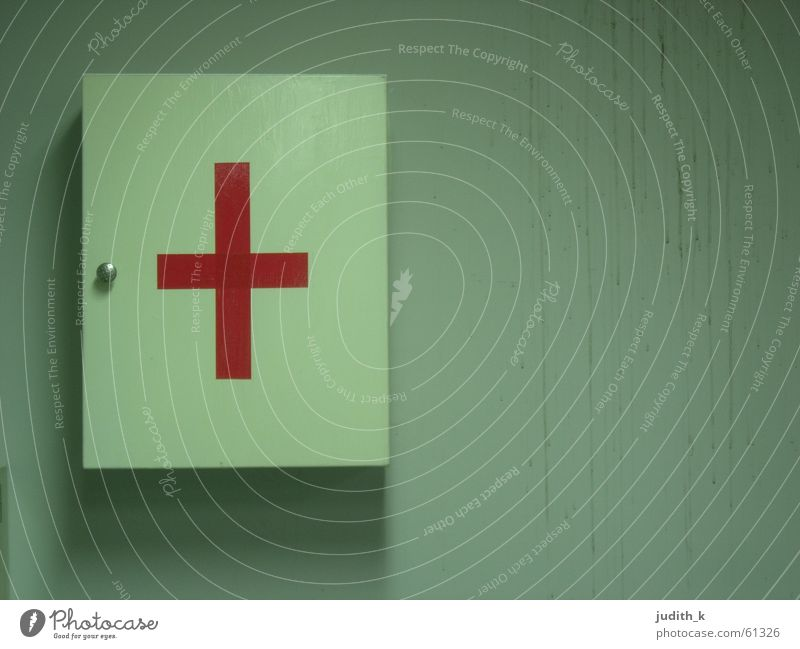 first aid in taiwan Kreuz Rücken rot weiß dreckig Taiwan Schliere Gesundheitswesen Verbandkasten Schloss Sauberkeit Körperpflegeutensilien Erste Hilfe
