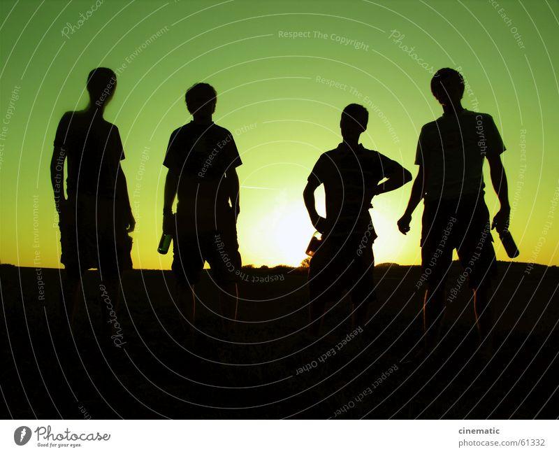 4 gewinnt Gegenlicht Mensch Wiese stehen Licht grün Feld Gras Bier Bekleidung Sonnenuntergang Dämmerung dunkel Erholung Abend Körperhaltung Freizeit & Hobby