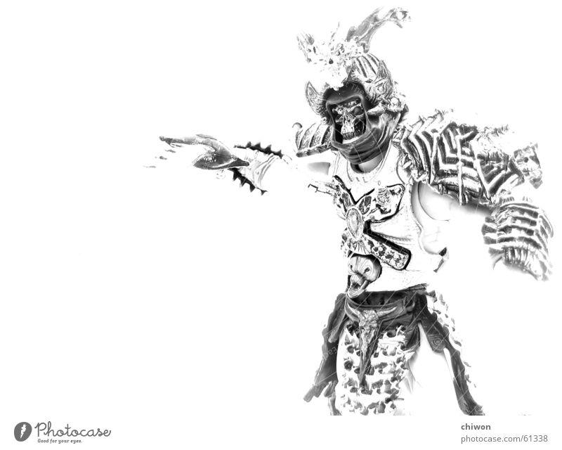 skeletor ghost dog weiß schwarz Spielen hell bedrohlich Mut Japan grinsen Asien kämpfen Aggression Helm Schädel gepanzert Schwarzweißfoto Krieger