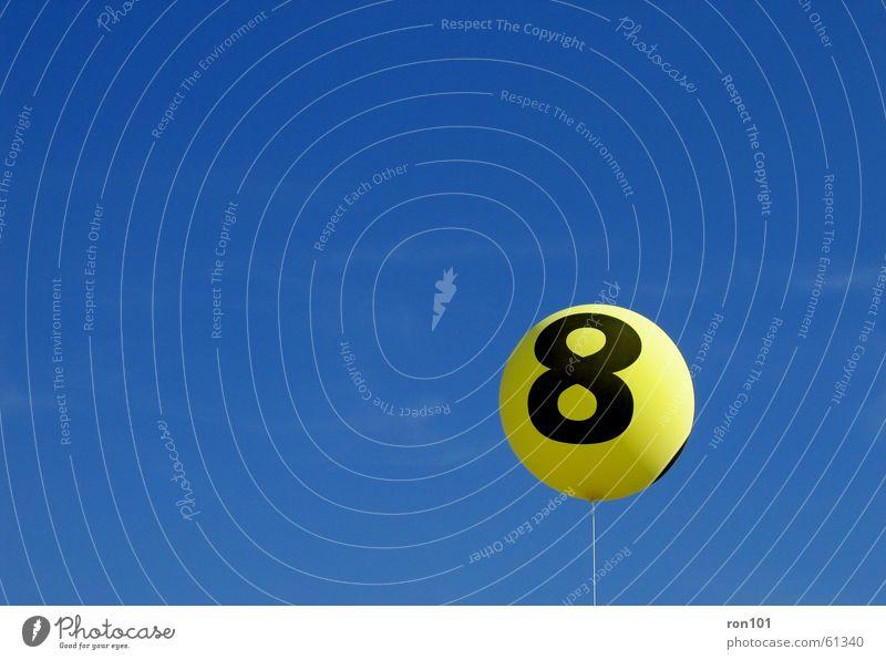 eight balloon 8 gelb Schnur Luftballon 8888 blau Himmel Gas blue