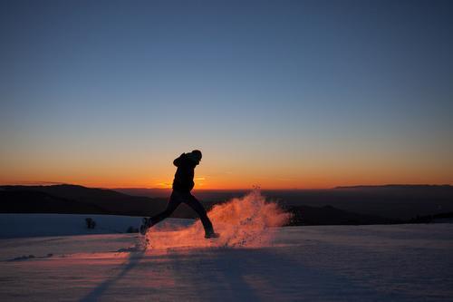 Winterläufer Mensch Himmel Ferien & Urlaub & Reisen Mann Landschaft Freude Ferne Erwachsene Berge u. Gebirge Schnee Sport Freiheit springen Eis Körper