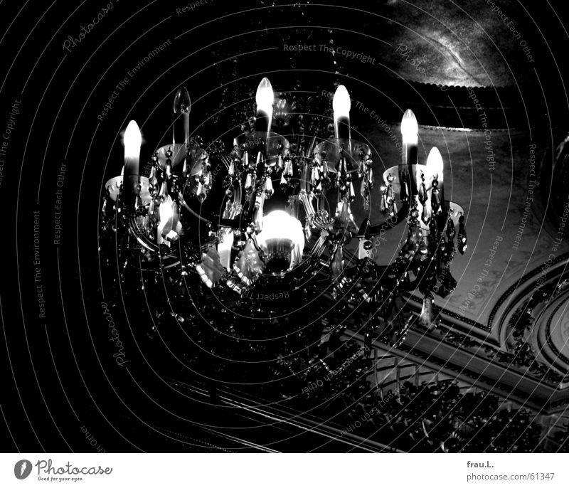 Kronleuchter Deckengemälde dunkel Glühbirne kaputt gruselig unheimlich Licht Dinge Reichtum Kristallstrukturen literaturhaus literaturlesung alt Lampe