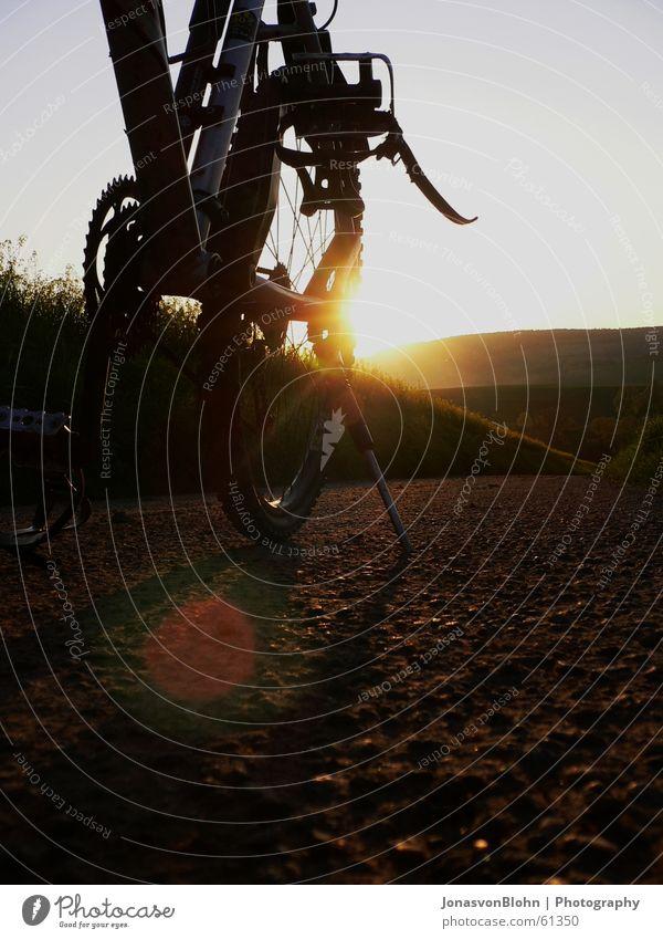 Pause Fahrrad Ständer stehen Erholung Sonnenuntergang Fußweg Pedal Abenddämmerung Fahrradtour Kette Zahnrad Wege & Pfade reflektion Berge u. Gebirge chain break