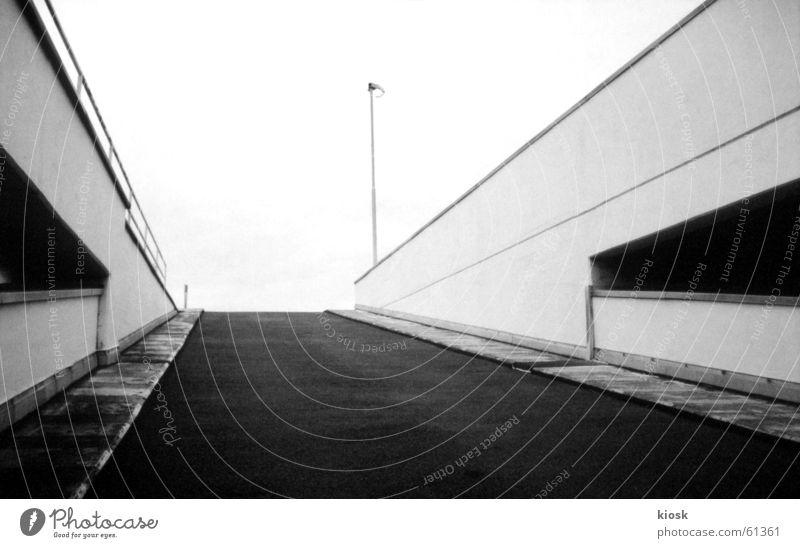 parkebene no.3 Parkhaus Autobahnauffahrt Mauer Laterne diagonal Schwarzweißfoto polapan