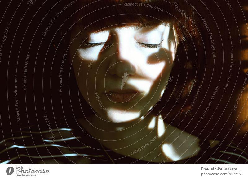 Lichter III. Mensch Jugendliche Junge Frau ruhig 18-30 Jahre kalt Gesicht Erwachsene feminin Tod träumen Kraft Zufriedenheit authentisch Energie genießen
