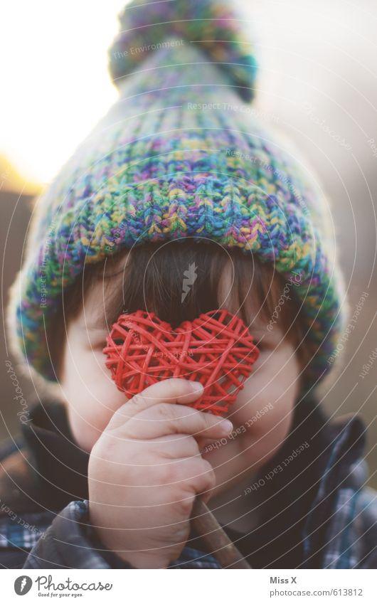 Herzig Mensch Kind Mädchen Liebe Junge Kindheit Dekoration & Verzierung Lächeln Herz niedlich Mütze verstecken Verliebtheit Kleinkind Schüchternheit Sympathie