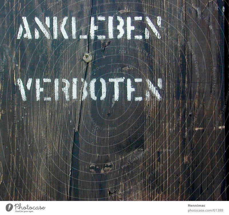 Schöne Typo erlaubt! Natur Holz braun Tür Hintergrundbild Schilder & Markierungen Fassade Papier Ordnung Kommunizieren Niveau Schriftzeichen kaputt Sauberkeit