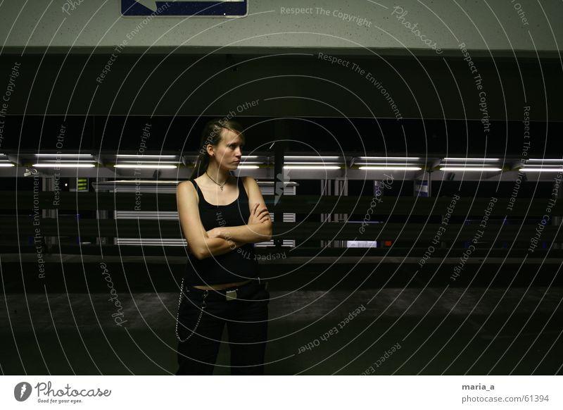 nachts im parkhaus Frau Mensch Gesicht schwarz dunkel Haare & Frisuren Wärme Mund Nase Physik Kette Wange Parkhaus Gesichtsausschnitt