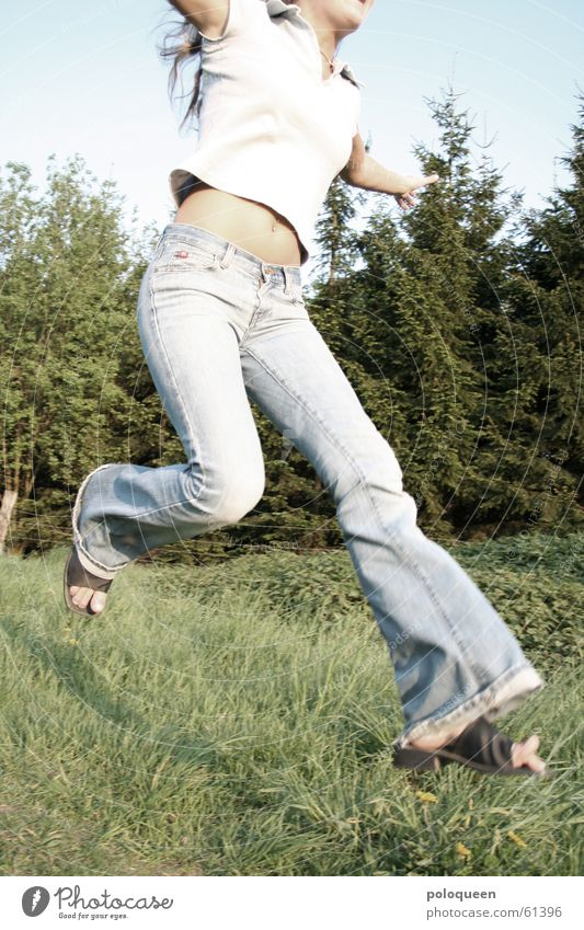 Catching The Butterfly Frau Himmel grün blau Sommer Freude Wald Wiese springen Schuhe rennen Fröhlichkeit Jeanshose Hose Tanne
