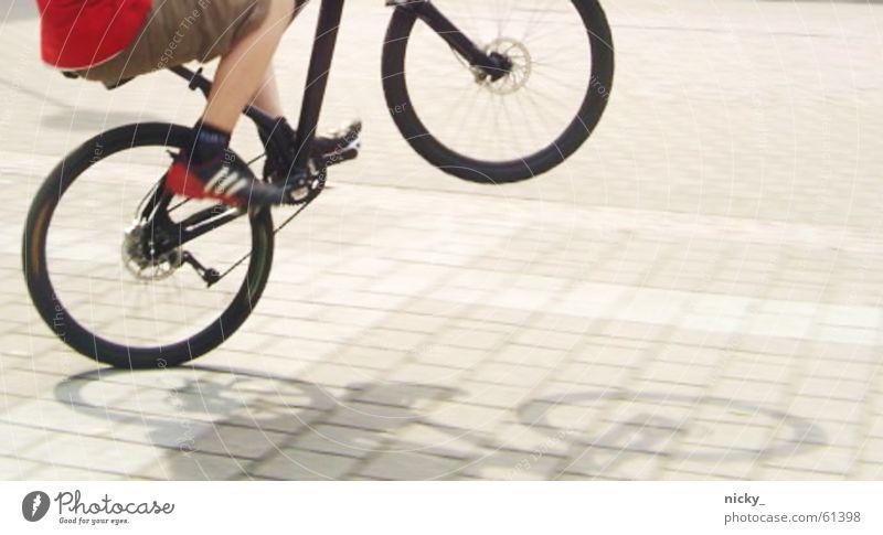 keep rollin' rollin' rollin' Mann Sonne rot schwarz Straße Junge Schuhe Beine Fahrrad hoch Hose Bekleidung Angeben