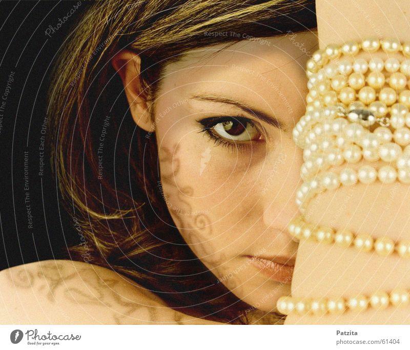 killing glance Frau Porträt feminin Hand Schmuck Perlenkette Haarsträhne schwarz braun Gesicht Auge Blick tatoo Schatten Mensch europäischer abstammung Mund