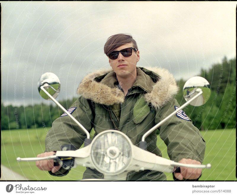 The Modernist I Lifestyle Stil maskulin Junger Mann Jugendliche Kopf 1 Mensch 18-30 Jahre Erwachsene Verkehrsmittel Kleinmotorrad Jacke Fell Sonnenbrille fahren