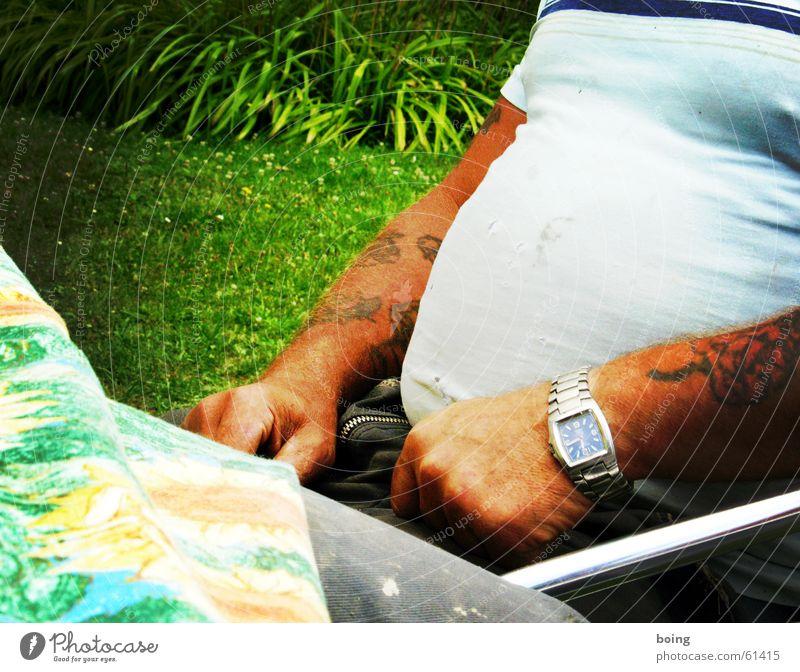 Seebär auf Landgang Mann sitzen T-Shirt Tattoo Uhr Bodybuilder Armbanduhr