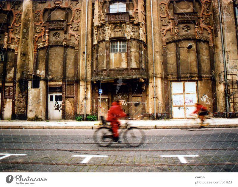 Flüchtiges Rot rot Fahrrad Berlin-Mitte Denkmal Demontage flüchtig Geschwindigkeit Verkehrswege Vergänglichkeit verfallen Straße vorbeifahren altes haus