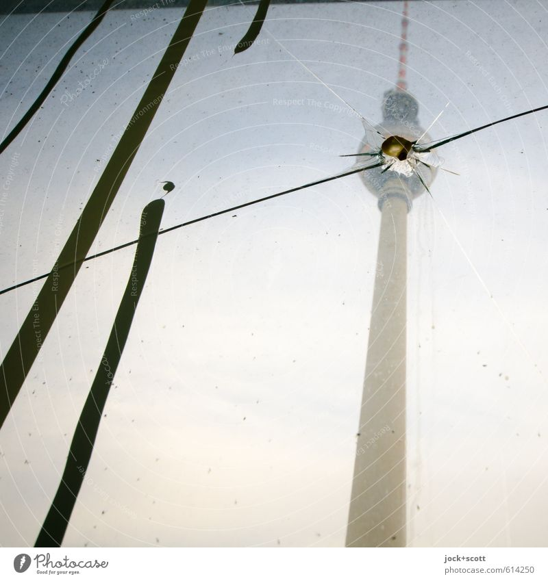 Sprung in der Schüssel Himmel Berlin-Mitte Hauptstadt Sehenswürdigkeit Wahrzeichen Berliner Fernsehturm Graffiti Streifen hoch kaputt Klischee trist Stimmung