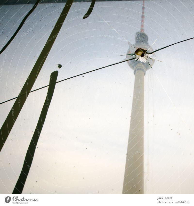 Sprung in der Schüssel Himmel Hauptstadt Sehenswürdigkeit Wahrzeichen Berliner Fernsehturm Streifen kaputt Klischee trist Aggression Glasscheibe Riss Einschlag