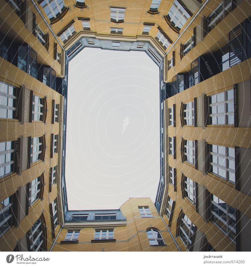 Licht und Luft im Schacht Himmel Stadt ruhig Fenster Gebäude Fassade Ordnung Häusliches Leben offen Perspektive hoch retro Tradition Nostalgie Rahmen