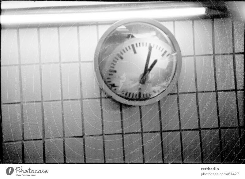 Uhrenvergleich Zeit Alexanderplatz Reflexion & Spiegelung Neonlicht Untergrund kariert kalt leer Geschwindigkeit ruhig vergangen Pendler Licht Verkehr