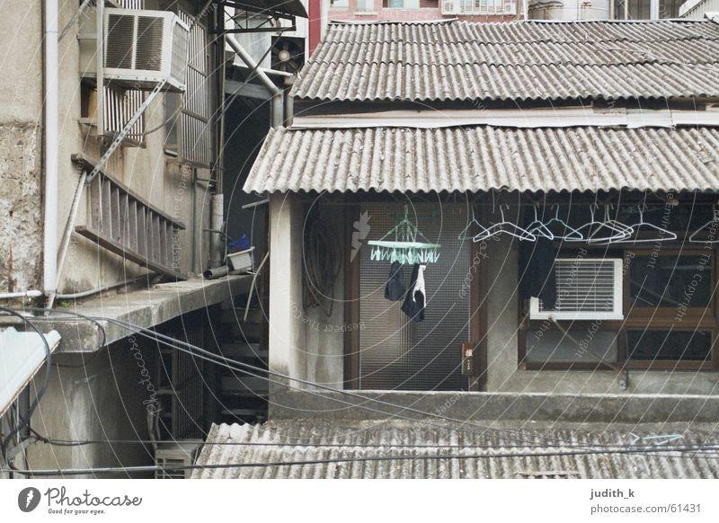 made in taiwan Haus Gebäude Wohnanlage Balkon Wäsche Kleiderbügel grau türkis Dach Wellblech Fenster schädlich Klimaanlage Architektur verfallen Asien