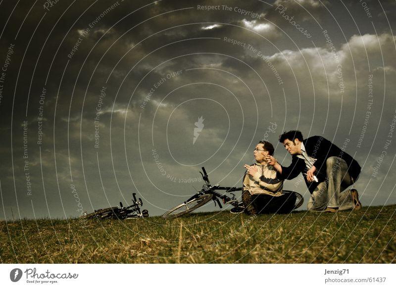 Before the storm. Mann Himmel Wolken Wiese Gras Regen Fahrrad Sturm Gewitter Unwetter Fahrradtour Motorradfahrer