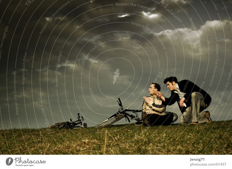 Before the storm. Unwetter Sturm Fahrrad Fahrradtour Motorradfahrer Mann Wiese Wolken Gras Regen Gewitter biken Himmel