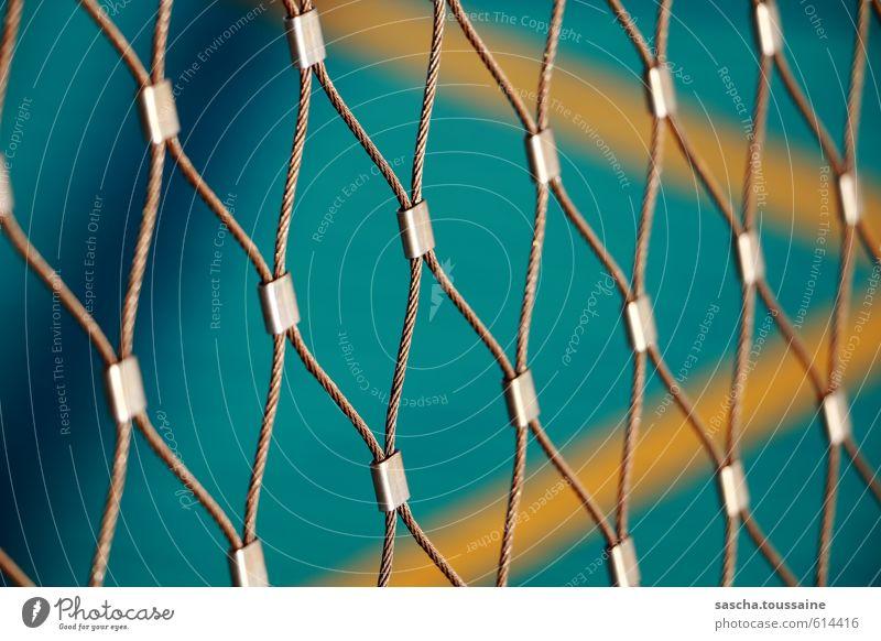 Zusammenhalt Ballsport Basketball Sportplatz Metall Stahl blau gelb grün silber Energie Sicherheit Kraft Gitternetz Netz Drahtzaun Drahtgitter Farbfoto