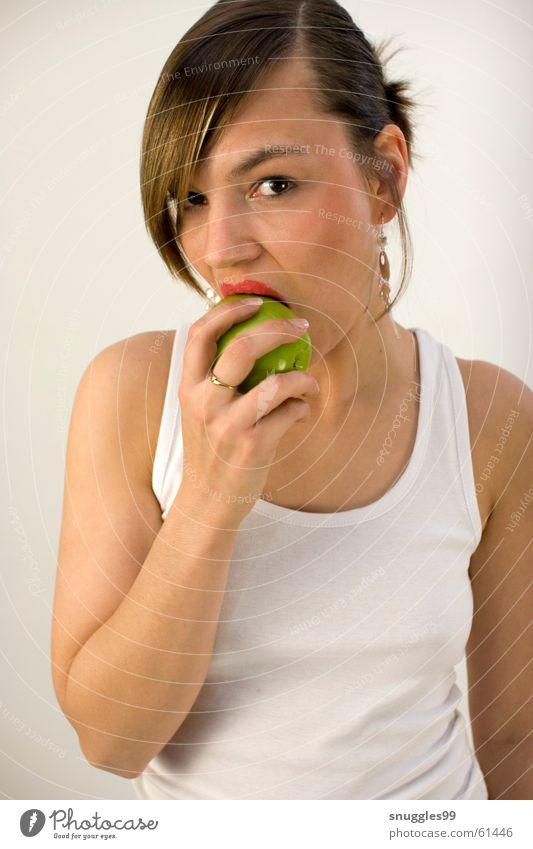 Apfel mit Biss saftig süß knackig Lippen rot grün Porträt beißen Ernährung Blick Frucht Aufgabe verführerisch Vor hellem Hintergrund