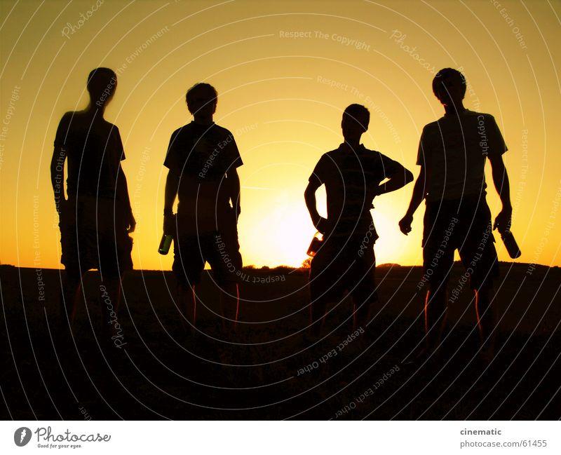 4 Gefährten Freundschaft Gegenlicht Mensch Wiese stehen Licht Feld Gras Bier Bekleidung Sonnenuntergang Dämmerung dunkel Erholung Abend Körperhaltung Sommer