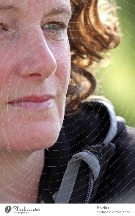 komm dir entgegen Lifestyle feminin Frau Erwachsene Gesicht Auge Nase Mund Lippen 1 Mensch Locken Gelassenheit Gesichtsausschnitt Sommersprossen beobachten