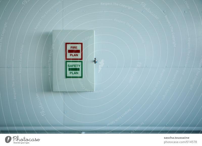 Safety Fire Plan grün weiß rot kalt Metall Ordnung gefährlich Hinweisschild Brand Sauberkeit Sicherheit Kunststoff Todesangst Vertrauen positiv Kasten
