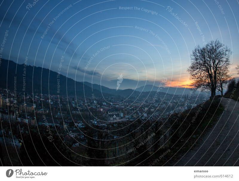 Freiburgabend Himmel Ferien & Urlaub & Reisen blau Stadt Baum Landschaft Wolken Haus Winter kalt Berge u. Gebirge Wege & Pfade Gebäude Tourismus hoch Ausflug
