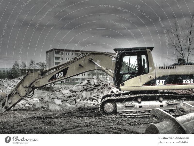 Sozialistischer Rückbau Baum Wolken dunkel Stein Armut Erde Trauer DDR Zerstörung Block Bagger Haufen Bauschutt Dynamikkompression