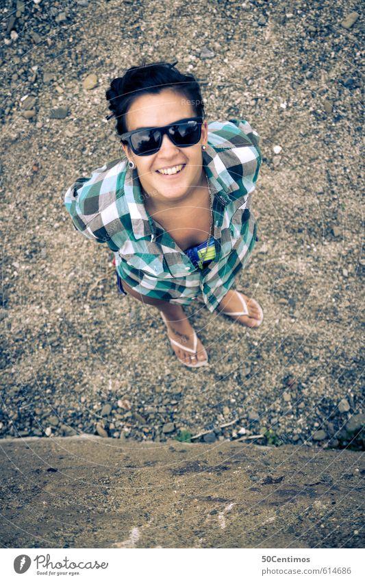Junge Frau in Vogelperspektive Mensch feminin Jugendliche 1 13-18 Jahre Kind 18-30 Jahre Erwachsene Hemd Flipflops schwarzhaarig langhaarig Blick stehen