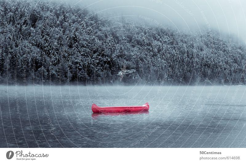 Rotes Kanu im winterlichem See Natur Ferien & Urlaub & Reisen Landschaft ruhig Winter Wald Umwelt Berge u. Gebirge Schnee Sport Freiheit Zeit Wasserfahrzeug